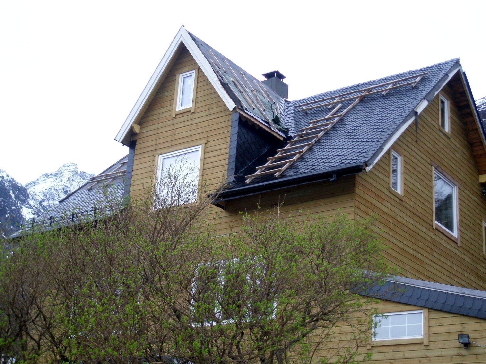 dach eines holzhauses in norwegen mit schwarzen schindeln schindeln dachziegel fassadenplatten. Black Bedroom Furniture Sets. Home Design Ideas