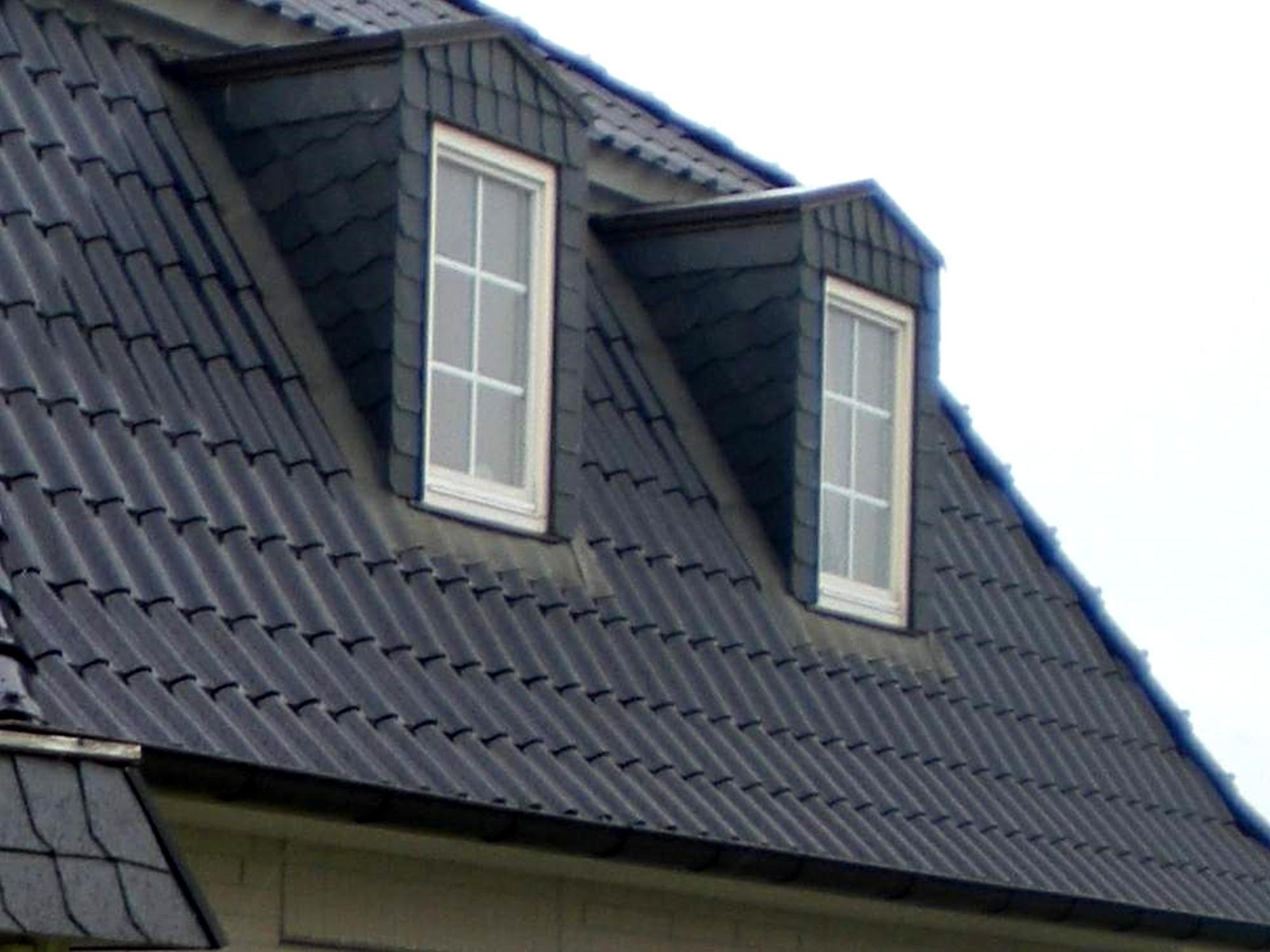gauben und carport einer villa mit schwarzen schindeln. Black Bedroom Furniture Sets. Home Design Ideas