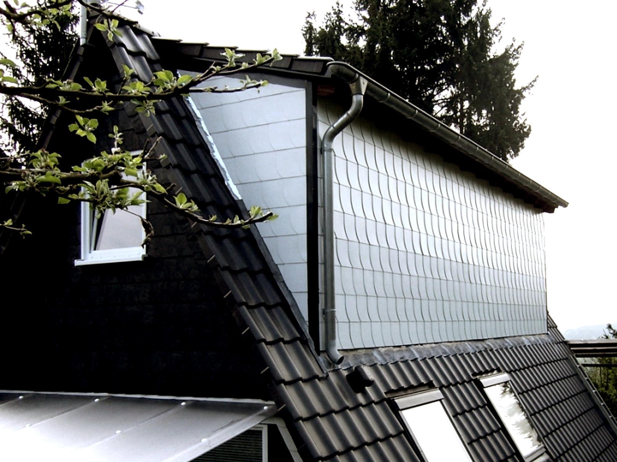 seitenwand eines daches mit weissen schindeln gesch tzt. Black Bedroom Furniture Sets. Home Design Ideas