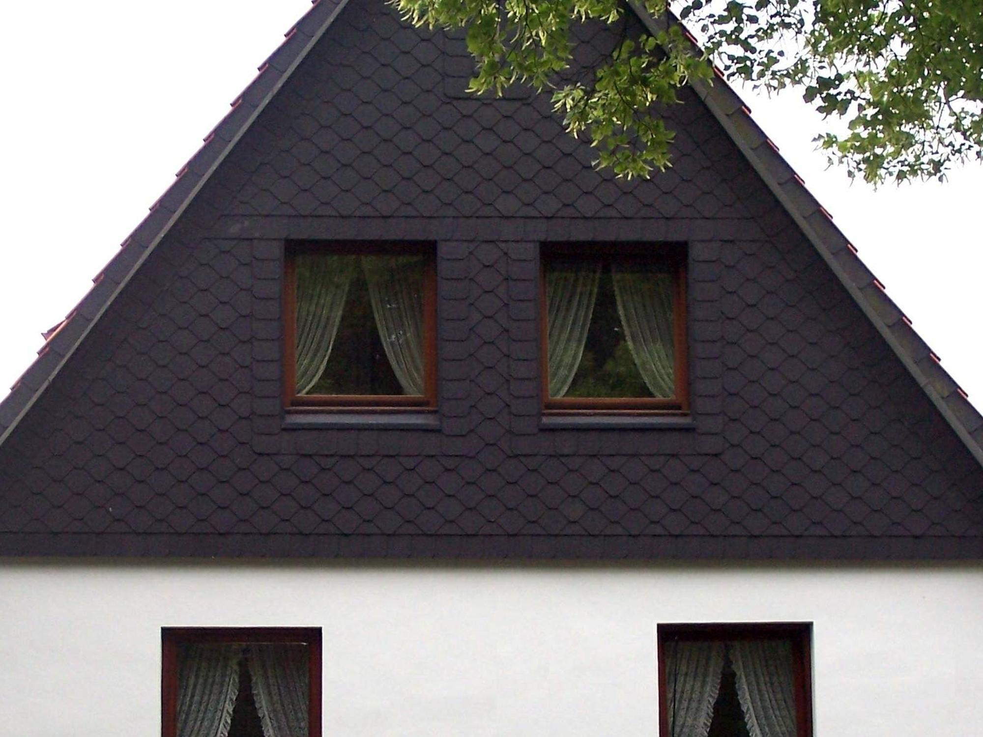 giebelwand eines einzelhauses mit schwarzen schindeln. Black Bedroom Furniture Sets. Home Design Ideas