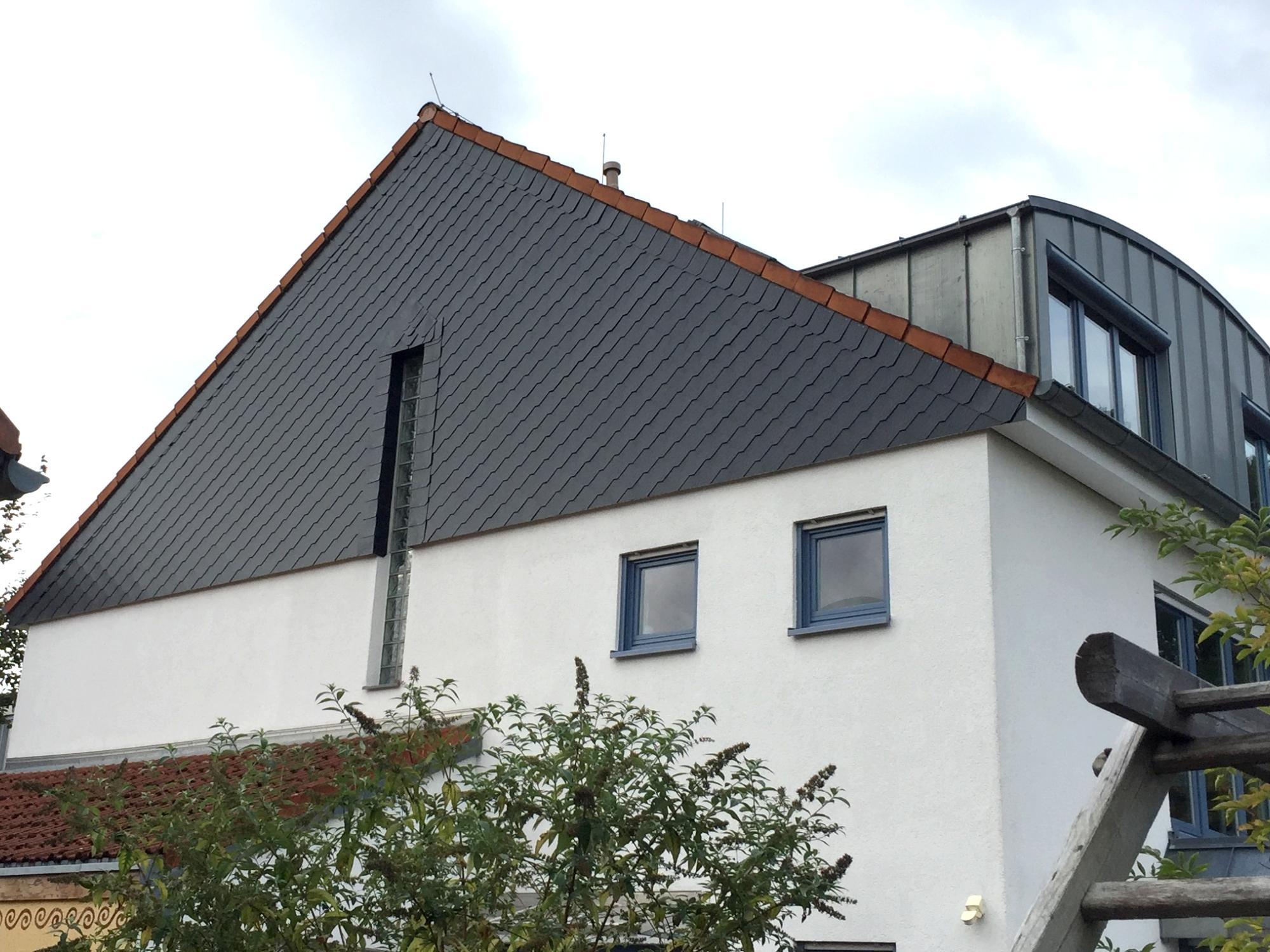 giebelwand eines hauses mit schwarzen schindeln gedeckt schindeln dachziegel fassadenplatten. Black Bedroom Furniture Sets. Home Design Ideas