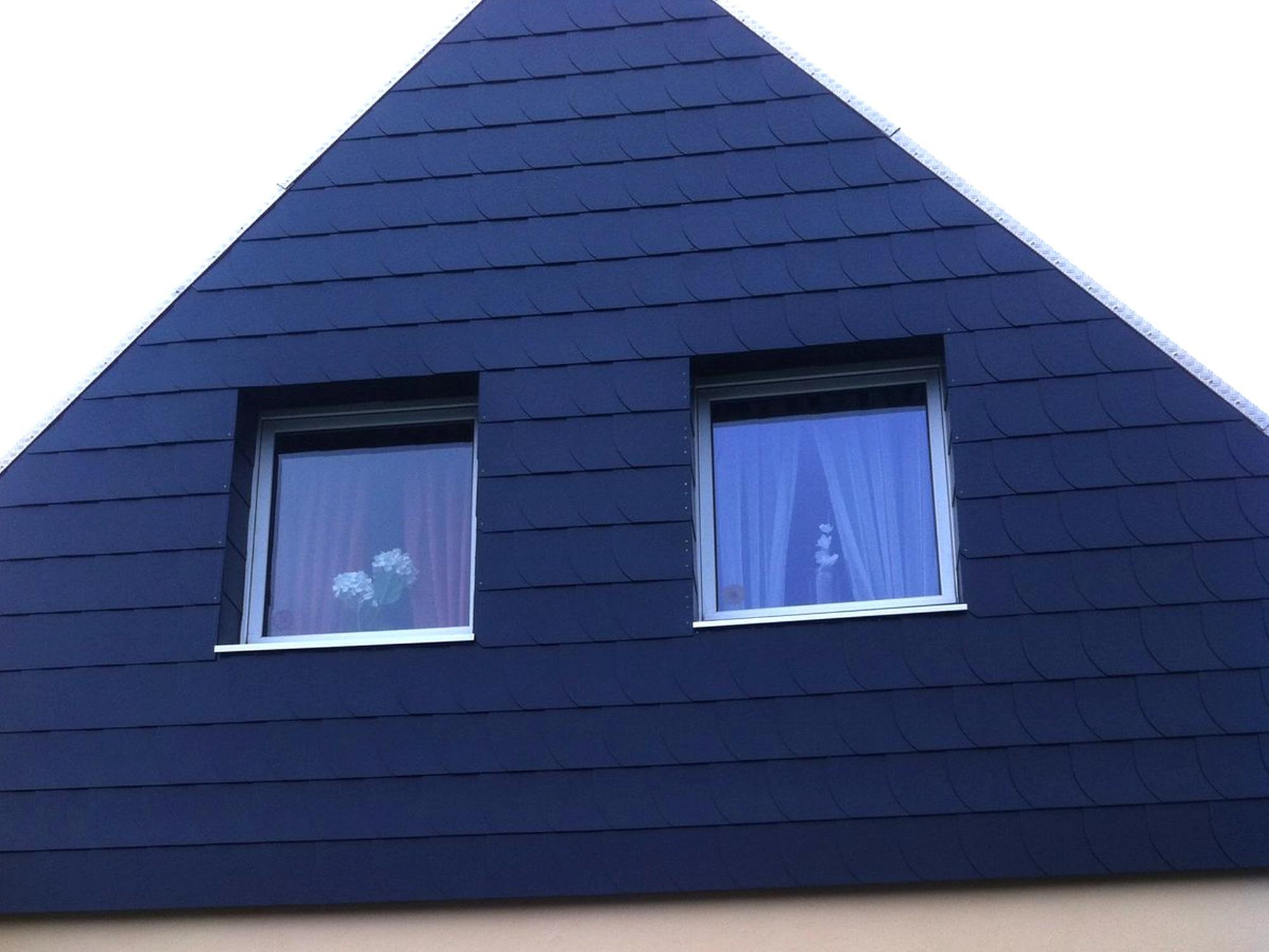 giebelwand eines hauses mit schwarzen schindeln gedeckt. Black Bedroom Furniture Sets. Home Design Ideas