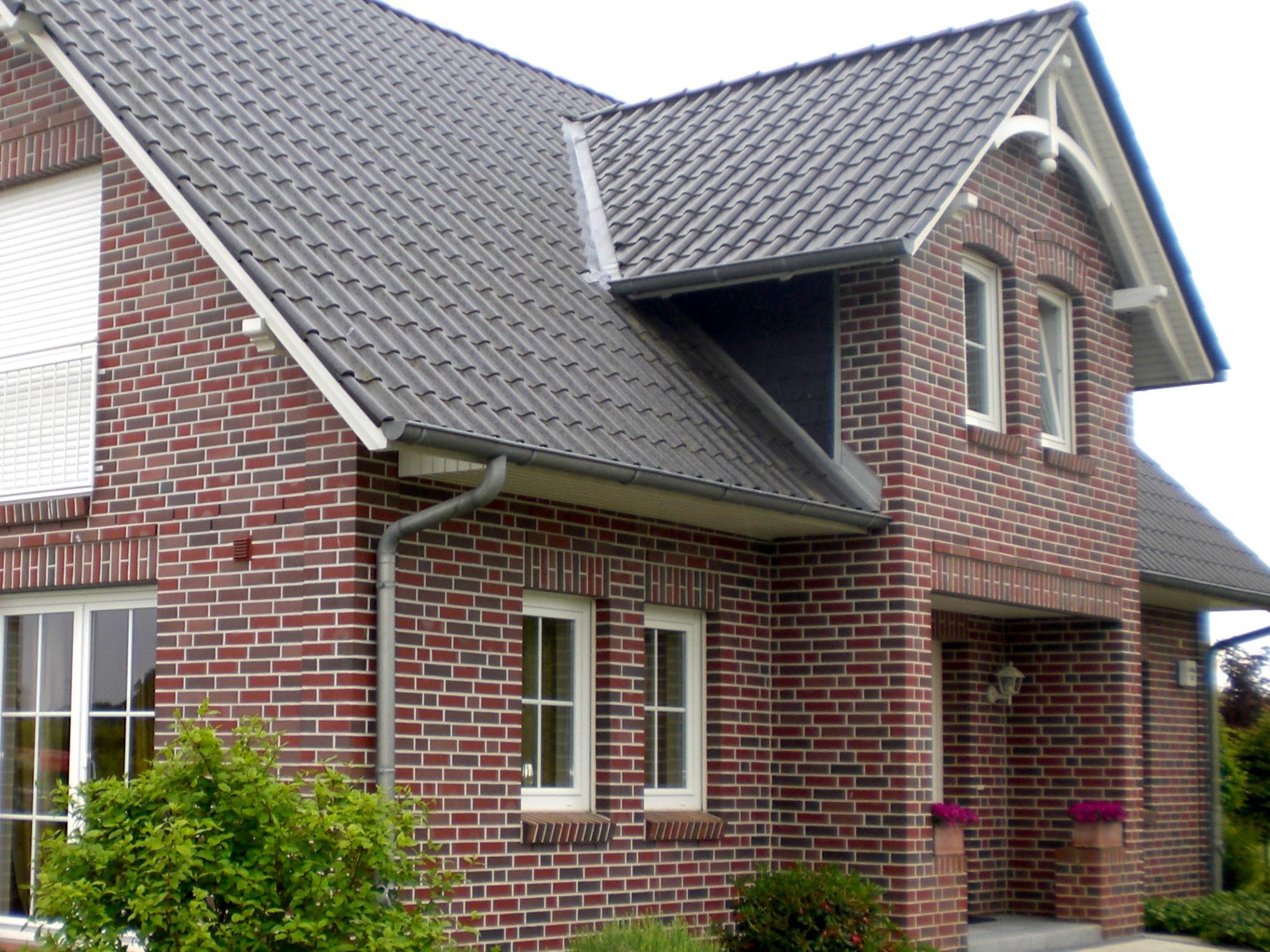 seitenwand eines kapit nshauses mit schwarzen schindeln gedeckt schindeln dachziegel. Black Bedroom Furniture Sets. Home Design Ideas