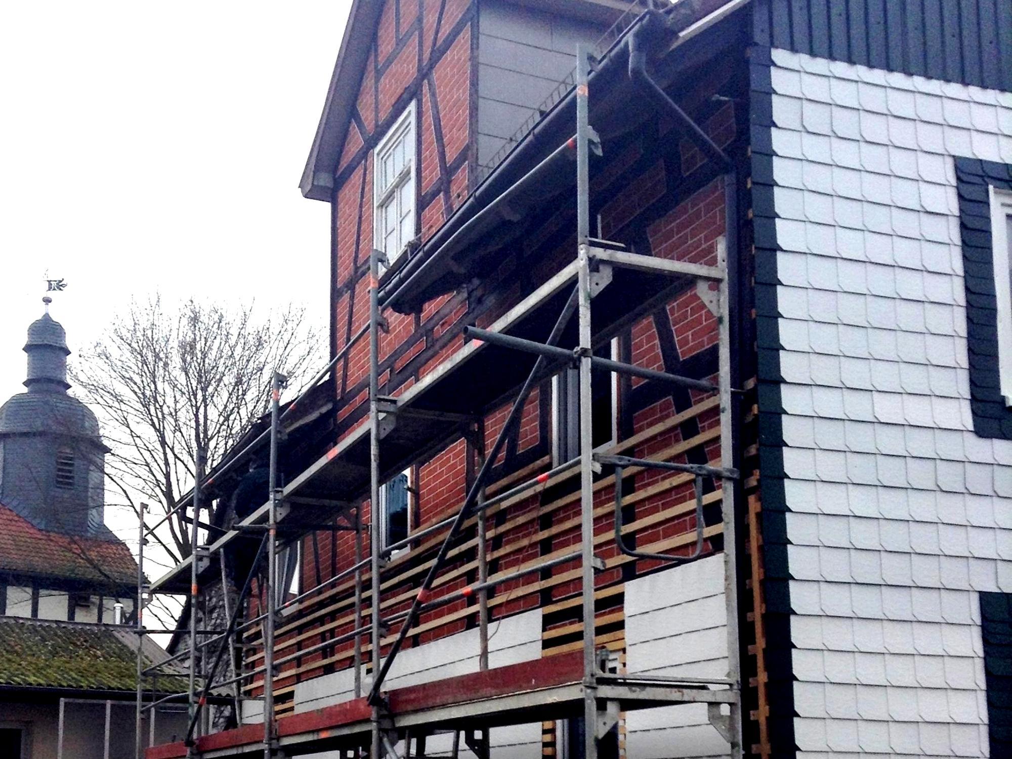 gesamte fassade eines hauses mit weissen und schwarzen schindeln schindeln dachziegel. Black Bedroom Furniture Sets. Home Design Ideas
