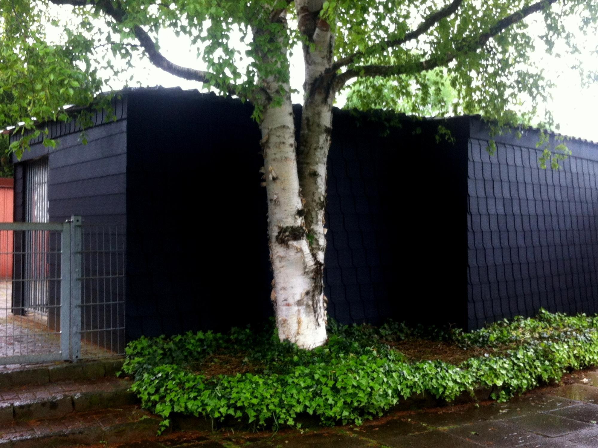 gartenlaube und hundezwinger mit schwarzen schindeln schindeln dachziegel fassadenplatten aus. Black Bedroom Furniture Sets. Home Design Ideas